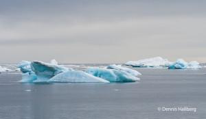 Isflak som får sin blpå färg av infrusen luft